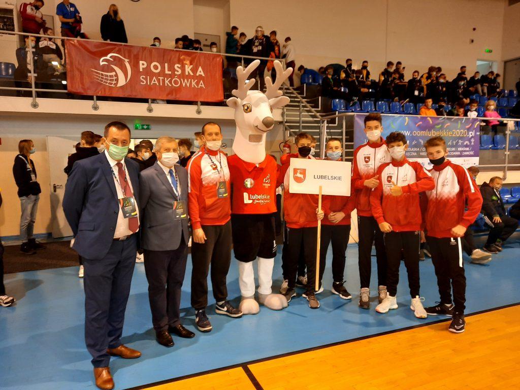 reprezentanci wojewodztwa lubelskiego wraz z goścmi oficjalnymi, przedstawicielami Polskiego i Wojewódzkiego Związku Siatkówki